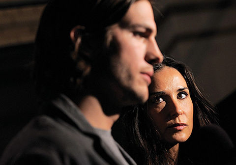 Ashton Kutcher divorces Demi Moore