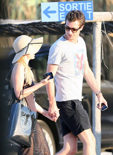 Paris Hilton Looks Happy As Strolls With Her New Beau (Photos)