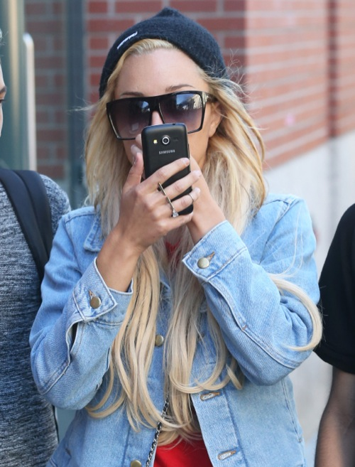 Amanda Bynes Hides Her Face In NYC