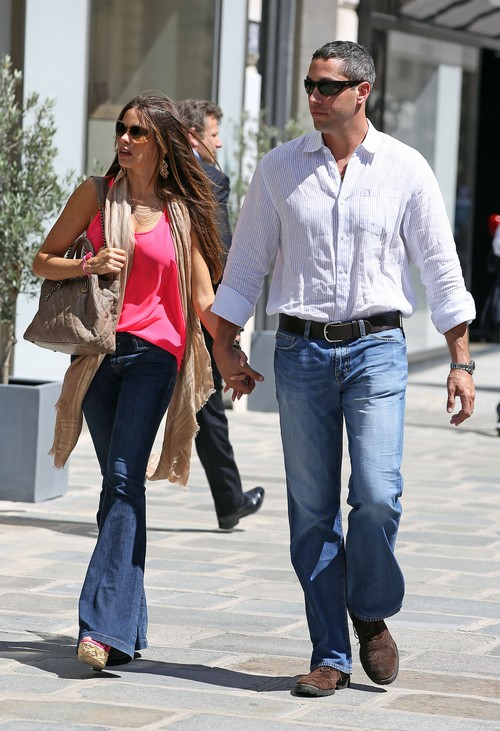 Sofia Vergara & Nick Loeb Go For A Romantic Stroll