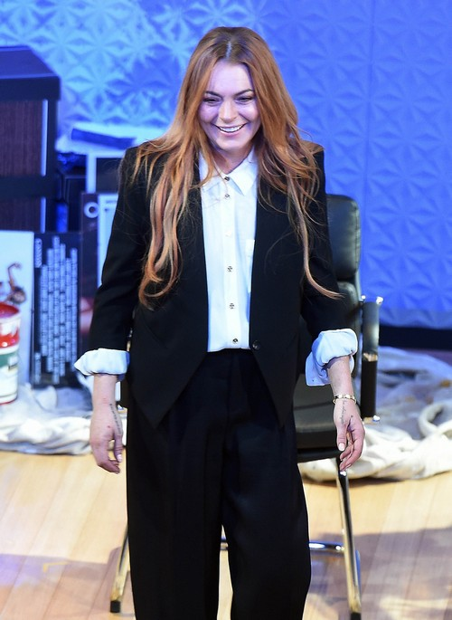 Lindsay Lohan Crashes and Burns in Stage Debut as She Forgets Her Lines