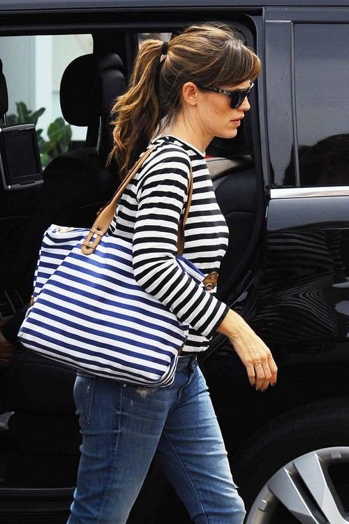 Exclusive... Jennifer Garner Visits The Brentwood Country Mart