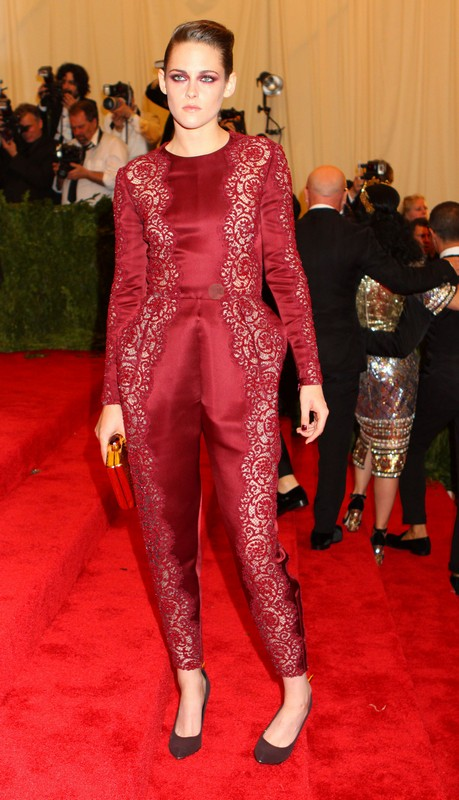 Kristen Stewart Showed Up Alone At Met Gala &#8211; Dumped By Robert Pattinson Again? (Photo)