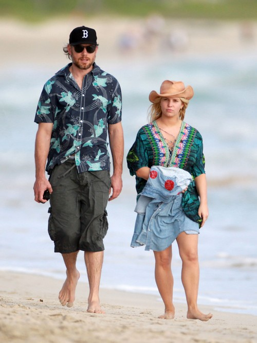 Semi-Exclusive... Jessica Simpson & Eric Johnson Take A Romantic Stroll On The Beach