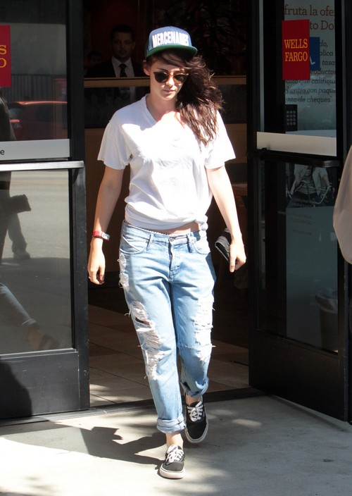 Semi-Exclusive... Kristen Stewart Visits The Bank