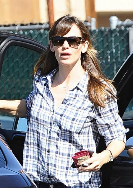 Jennifer Garner Visits The Brentwood Country Mart