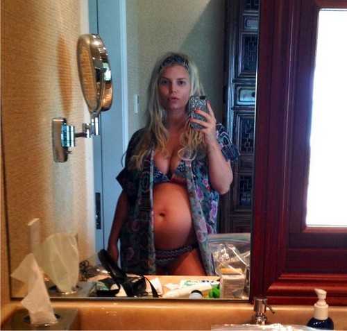 Jessica Simpson Tweets A Photo Of her Baby Bump (Photo)
