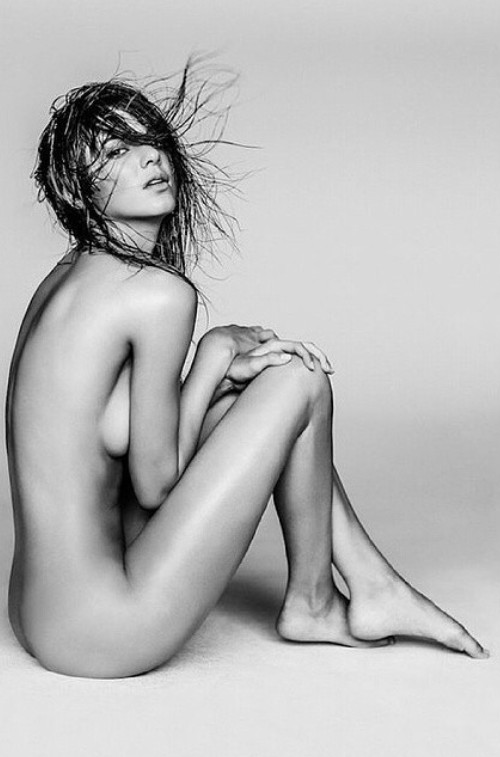 Kourtney-Karadshian-posts-naked-photo-kendal-jenner