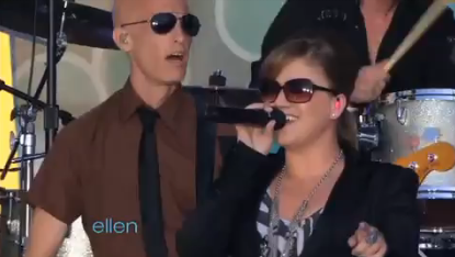Kelly Clarkson ROCKS Ellen &#8211; Video