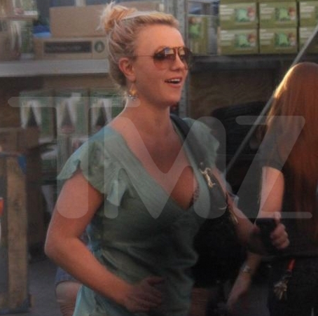 Britney Spears Shopping at Walmart - Photos