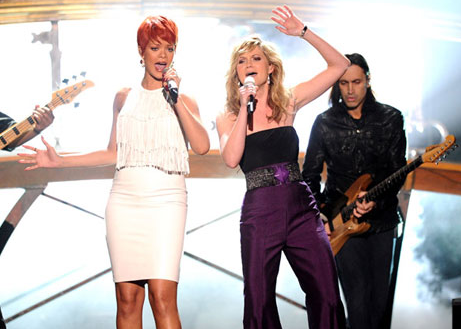 2011 ACM Awards – Rihanna and Jennifer Nettles Duet 'California King Bed' VIDEO
