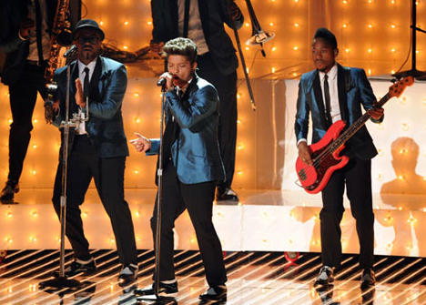 VIDEO: Bruno Mars Pays Tribute to Amy Winehouse at VMAs &#8216;Valerie&#8217;