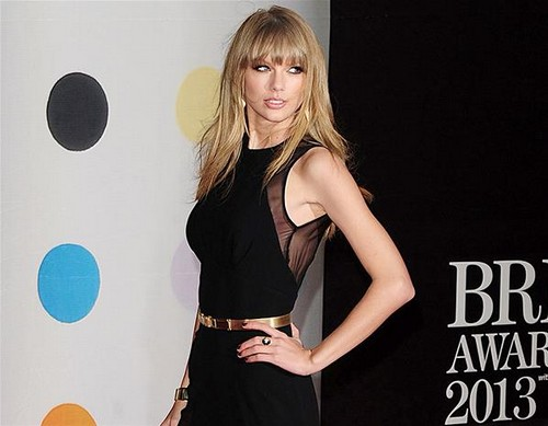 Taylor-Swift-BRIT-Awards-2013-red-carpet-arrival