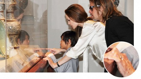 Confirmed: Angelina Jolie &amp; Brad Pitt Engaged! (Ring Photo)