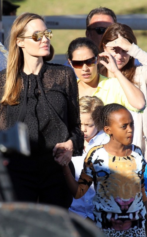 Angelina Jolie And Brad Pitt Got Secretly Married - Angie Wearing Wedding Ring (PHOTO)