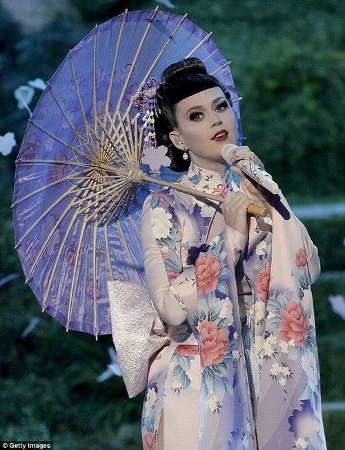 Katy Perry Accused Of Racism After AMA Geisha Performance (VIDEO)