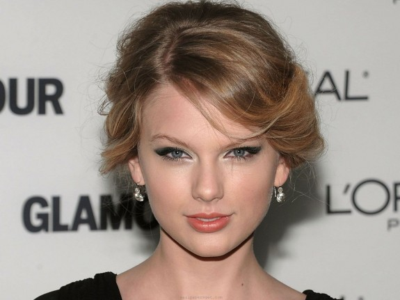 Taylor Swift Says She Doesn't Get Down With Alcohol, Prefers Sparkly, Sweet Drinks