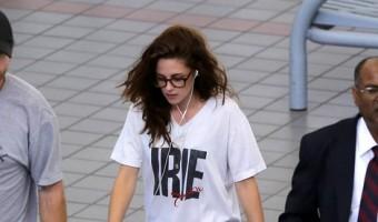 Kristen Stewart Departs LAX Wearing Robert Pattinson's T-Shirt & Ring (Photos)