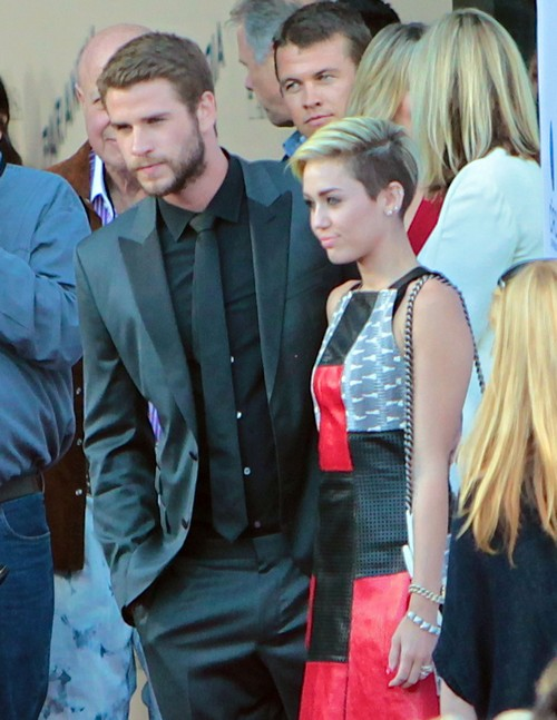"""Miley Cyrus and Liam Hemsworth Pose Together On """"Paranoia"""" Red Carpet – Fight Back Breakup Rumors"""