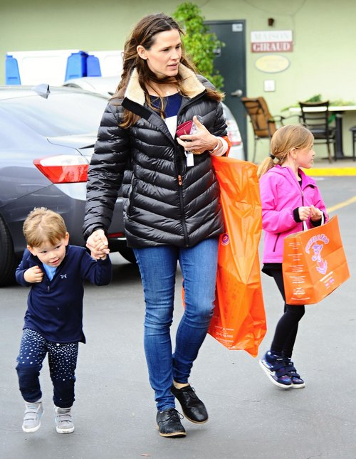 Jennifer Garner Takes Her Kids To The Farmers Market