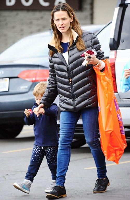 Jennifer Garner Takes Her Kids To The Farmers Market