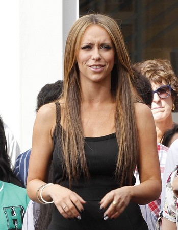 Jennifer Love Hewitt at the 'Extra' taping at The Grove