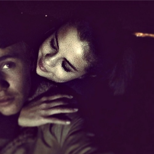 Selena Gomez and Justin Bieber Are back Together and Cuddling (PHOTO)
