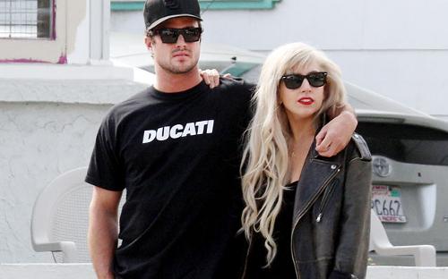 Lady Gaga Prepares For Tour, Gets Boyfriend A Cat To Keep Him Company